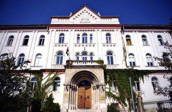 Elsőéves hallgatók irodalom- és nyelvtudományi konferenciája.