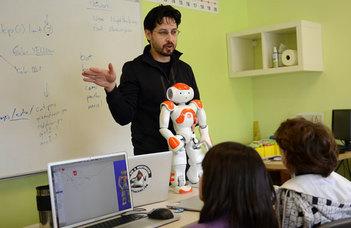 Digitális asztalokkal és egy robottal bővült a Kar