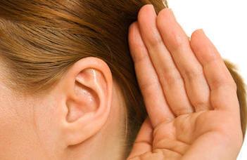 Kerekasztal-beszélgetés a hallásjavító cochleáris implantációról.